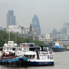 Boot botst tegen Tower Bridge